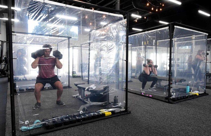 Reabre gimnasio en California con cabinas de plástico por COVID-19
