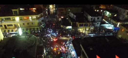 Salen multitudes a las calles luego de 100 días de encierro