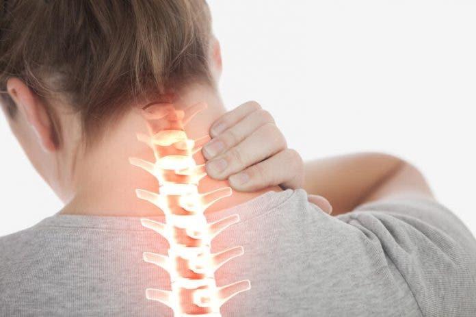 4 razones por las que te duele el cuello al despertar y no tienen nada que ver con estrés