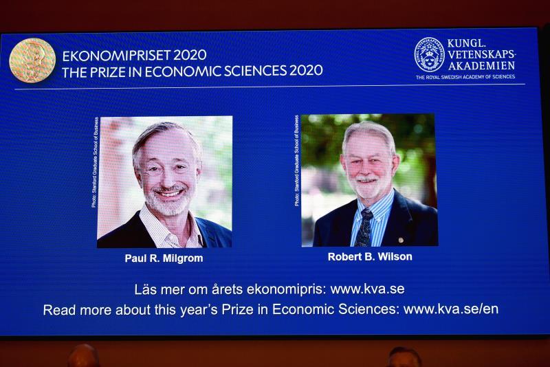 Otorgan Nobel de Economía a dos de EU renovaron la teoría de las subastas