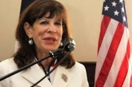 """Embajadora de EEUU: """"Cuando se empodera a la mujer, las comunidades florecen y los países prosperan"""""""