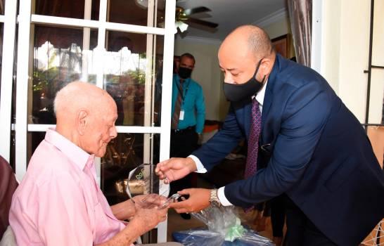Envejeciente de 102 años recibe reconocimiento por 36 años de servicio en el Estado dominicano