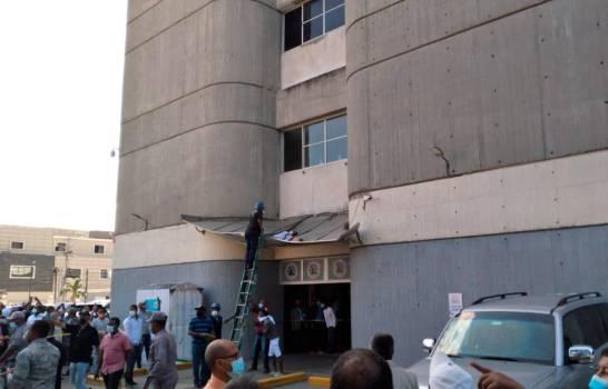 Hombre que se lanzó de edificio de oficinas gubernamentales no había sido cancelado