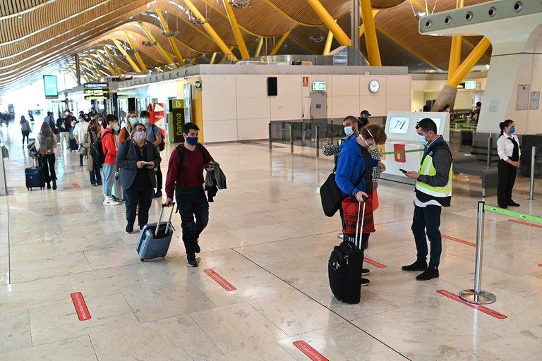 España multará con hasta 7 mil dólares a todos los viajeros de zonas de riesgo que intenten ingresar en su territorio sin un PCR negativo
