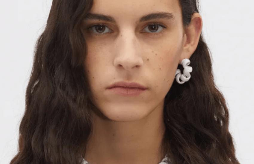 Una casa de modas italiana vende un collar parecido a un cable telefónico por más de 2.000 dólares