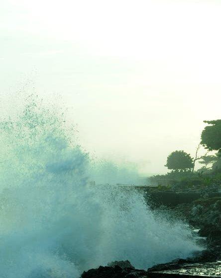 Ocurrirán chubascos y olas y viento