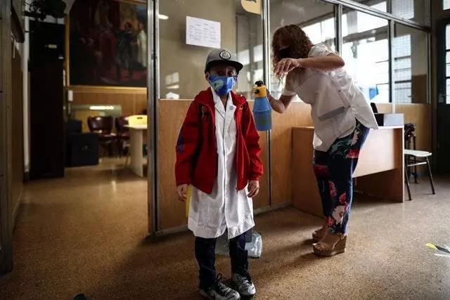 Los niños argentinos vuelven a las aulas tras casi un año de clases virtuales