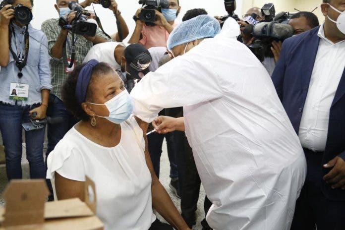 Inician vacunación a Maestros de inicial y primaria