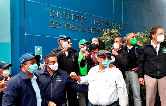 Denuncian cancelaciones de 200 empleados técnicos en varias instituciones del Estado