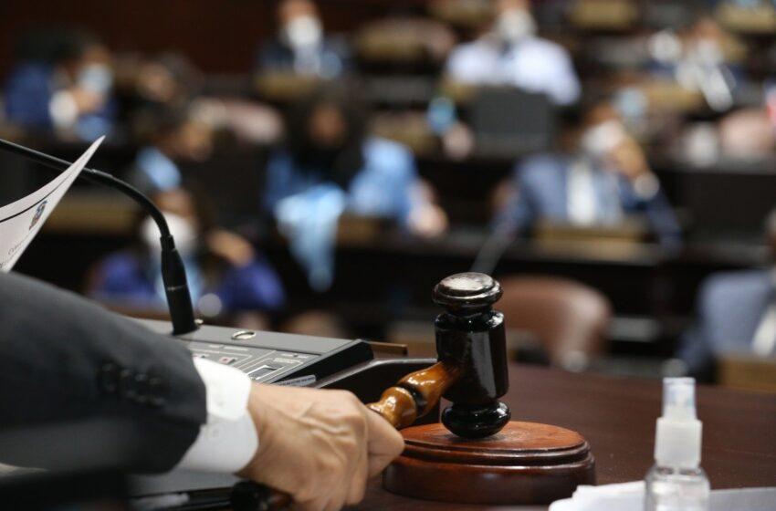 Aprueban en primera lectura ley que elimina la reinscripción de colegios