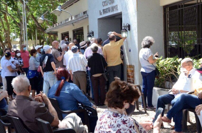 Adultos mayores abarrotan los centros vacunación en Santiago