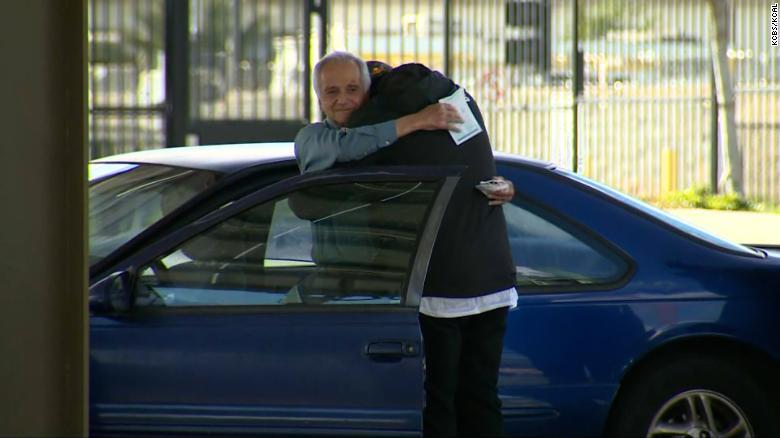 Un maestro sustituto que vive en su automóvil recibió una sorpresa de cumpleaños de un exalumno: US$ 27.000