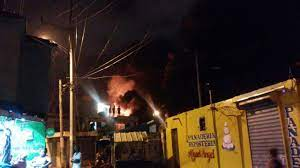 Incendio de gran magnitud afecta colchonería La Reina en el Ensanche La Fe