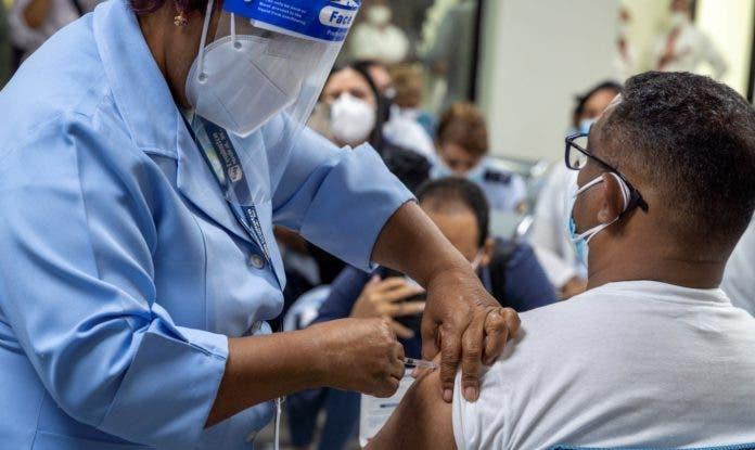 Vacunación y medidas restrictivas logran reducir indicadores Covid-19