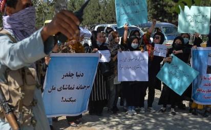 Talibanes ultiman el Gobierno mientras reprimen protestas a palos