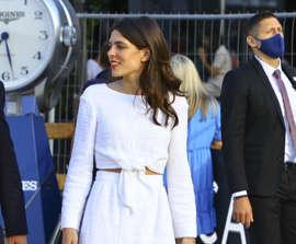 Carlota ESTILAZO Casiraghi dice que el nuevo pantalón de vestir es una falda midi (y que la camisa blanca se lleva anudada)