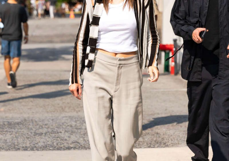 Kendall Jenner consigue un estilismo perfecto con pantalones sastre