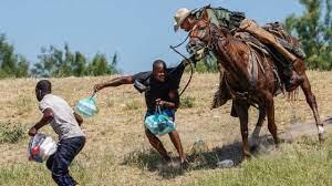 Polémica: Las imágenes de agentes fronterizos agarrando migrantes a caballo EEUU